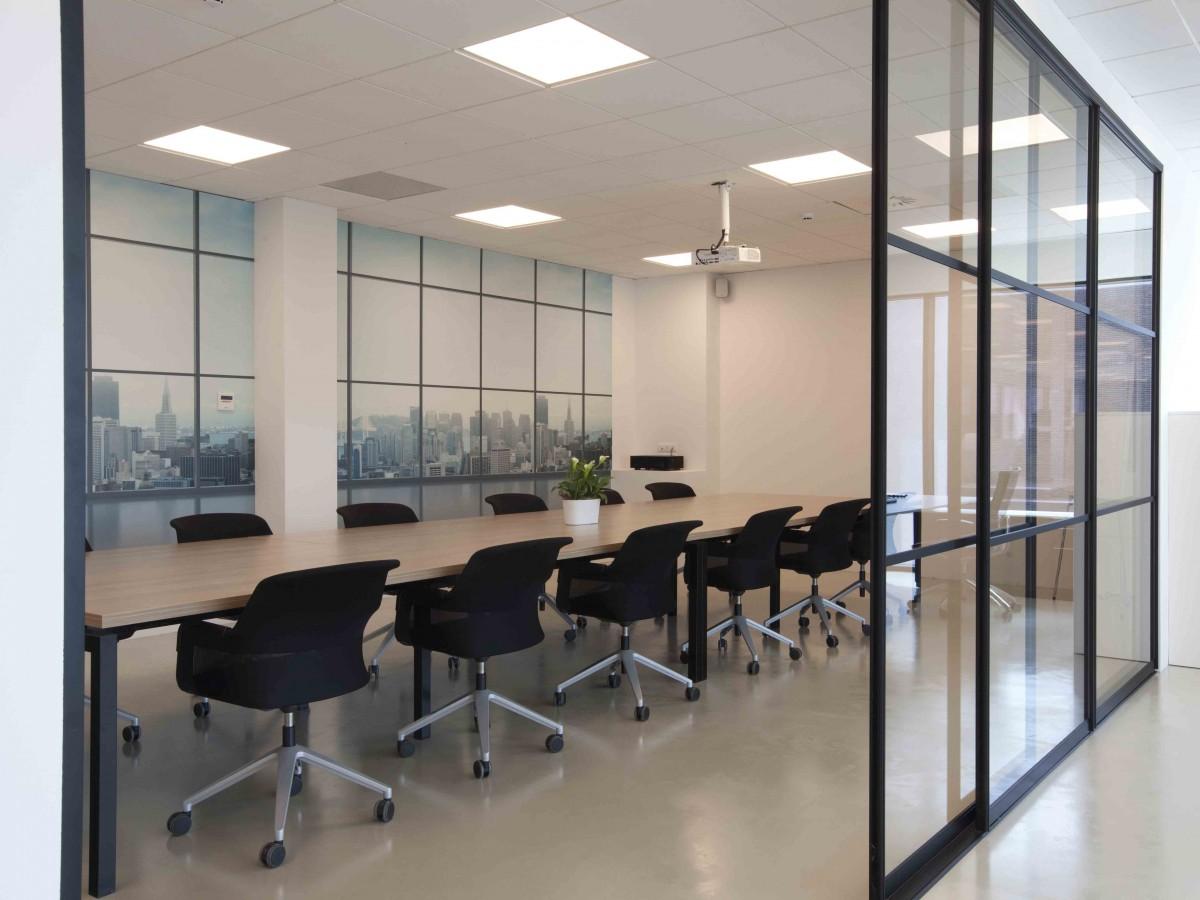 Paroi de séparation dans une salle de réunion