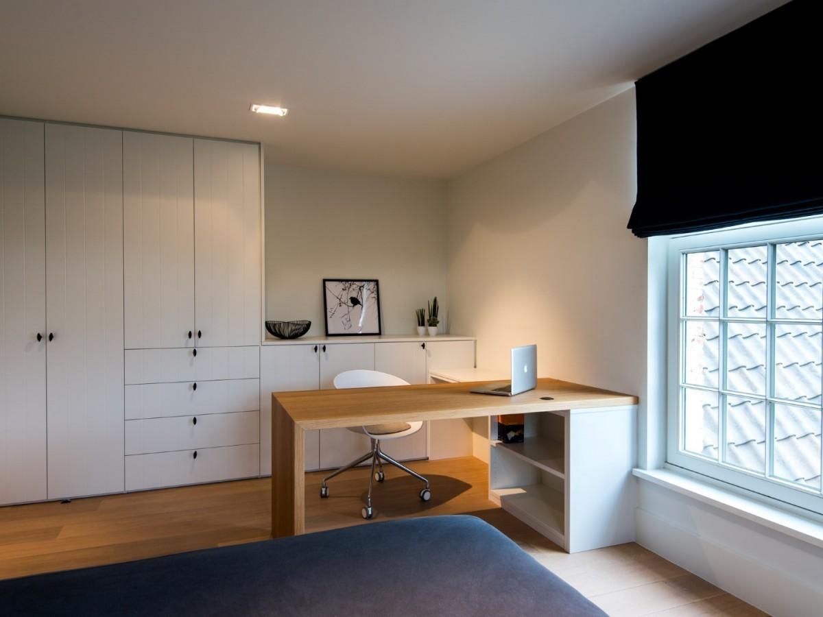 Slaapkamerkast met bureau en bureaukasten