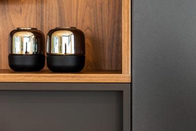 Detail TVmeubel combinatie hout en effen kleur