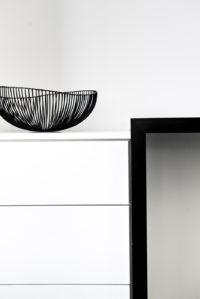 Detail modern bureau zwart wit