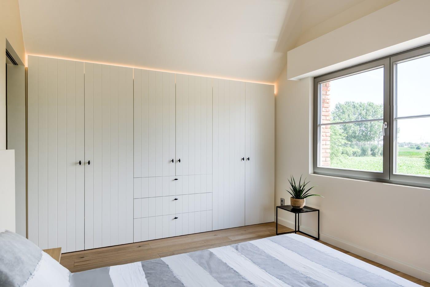 Landelijke maatkast in slaapkamer met verlichting