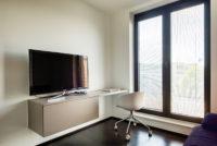 Logeerkamer voorzien van hangend bureau