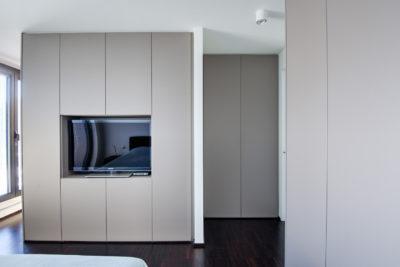 Maatkasten in slaapkamer met ingebouwde TV