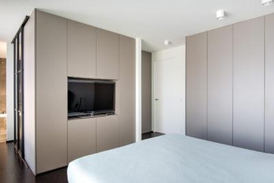 Maatkasten in slaapkamer met ingebouwde TV dressing achter tv kast met scheidingswand 2
