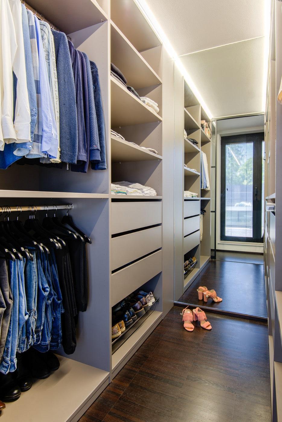 Open dressing met scheidingswand en LED verlichting bovenaan met schoenen