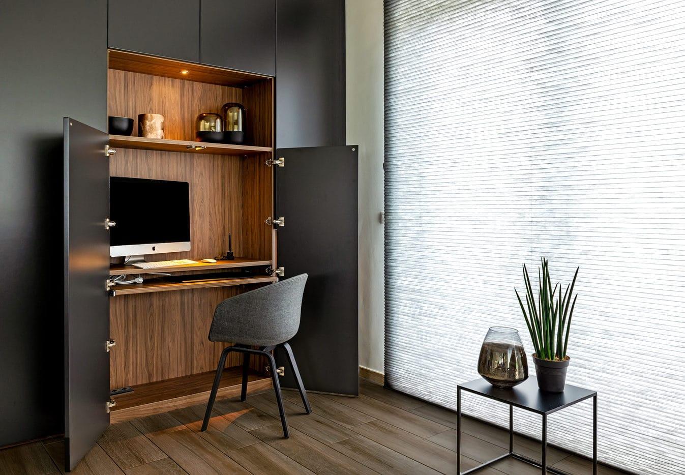 Wandkast in living met ingebouwd bureau