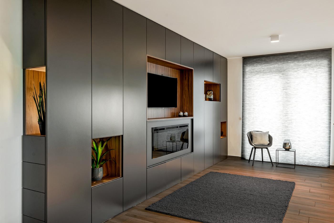Wandkast in living met ingebouwde verlichting 1