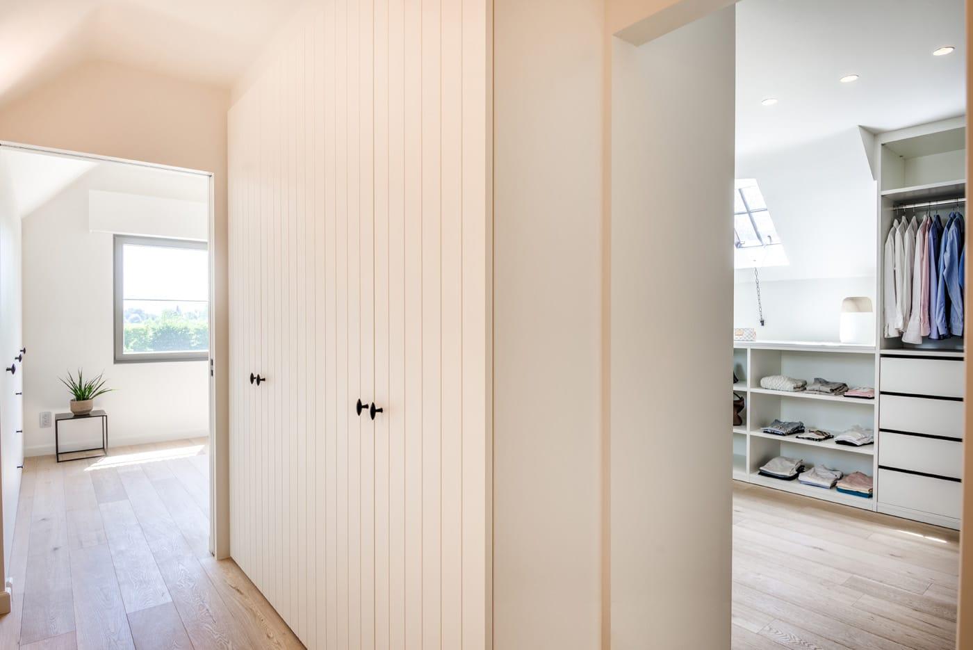 Maatkast in hal en slaapkamer en open dressing onder schuin dak