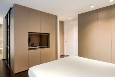 Maatkasten in slaapkamer met ingebouwde TV dressing achter tv kast met scheidingswand 1