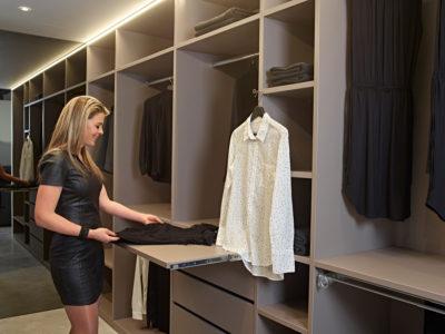 Uittrekbare lade voor het organiseren van kleren in de dressing
