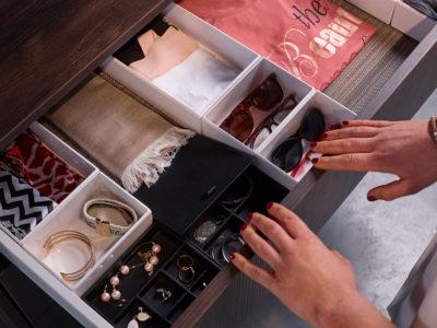 Juwelen en brillen organiseren in dressing op maat