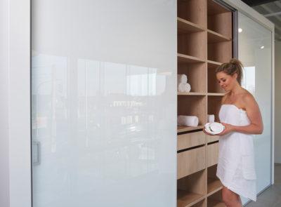 Placard de chambre à coucher équipée de portes coulissantes en verre mat