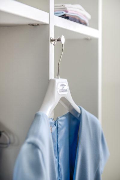 Dressing tip Detail kleerhouder op tussenwand kast 1