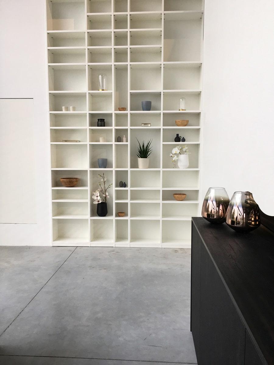 Witte boekenkast met legplanken