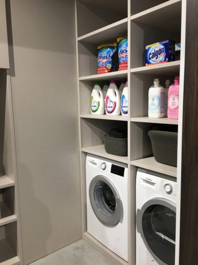 Opbergkast in de berging met wasmachine