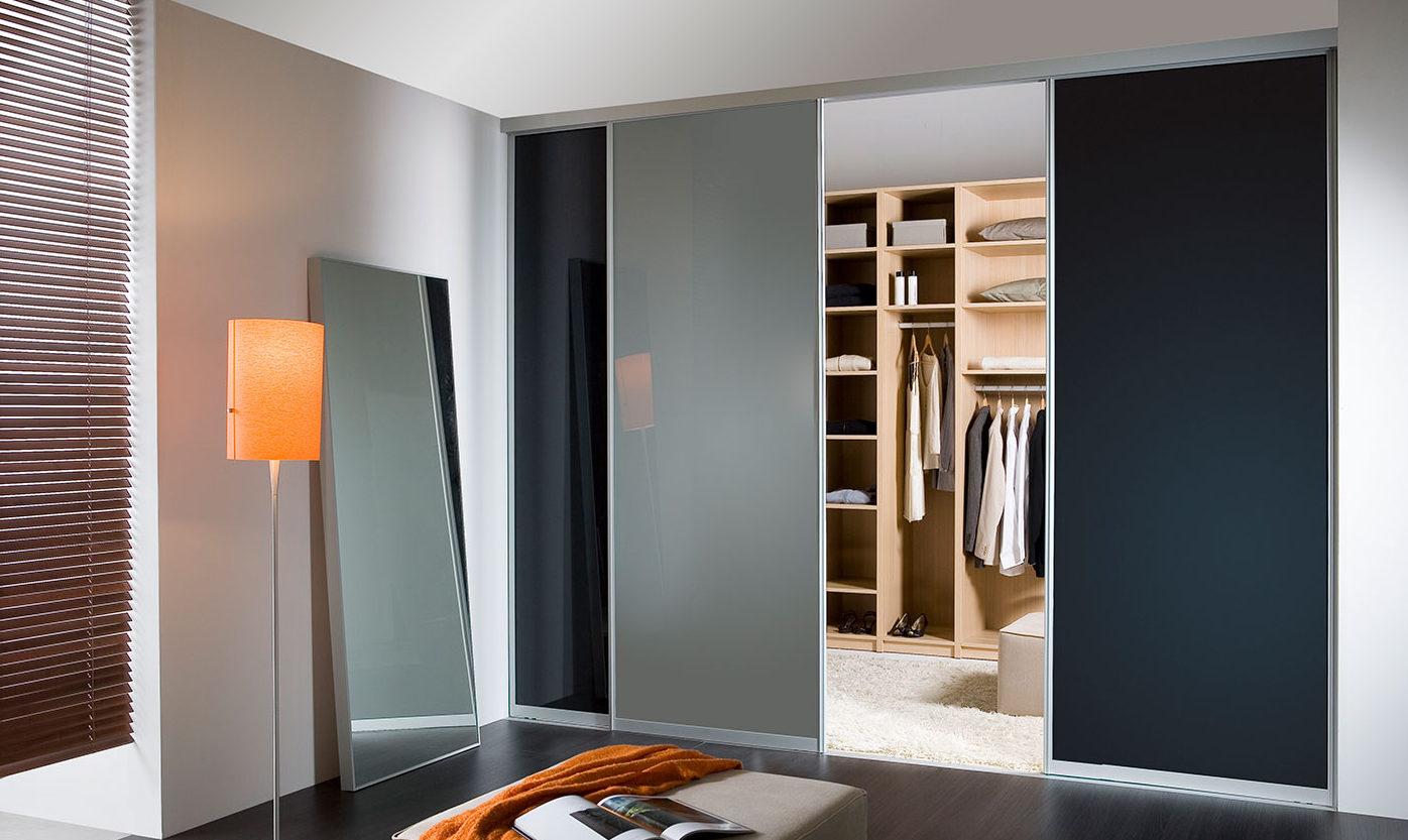 Inloopdressing met scheidingswand tussen dressing en slaapkamer
