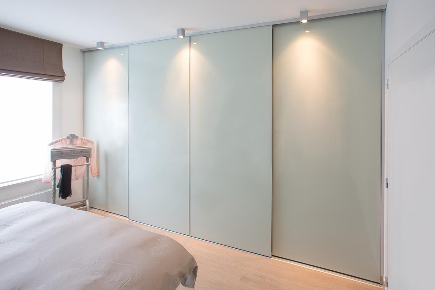 Placard de chambre à coucher munie de portes coulissantes en verre laqué