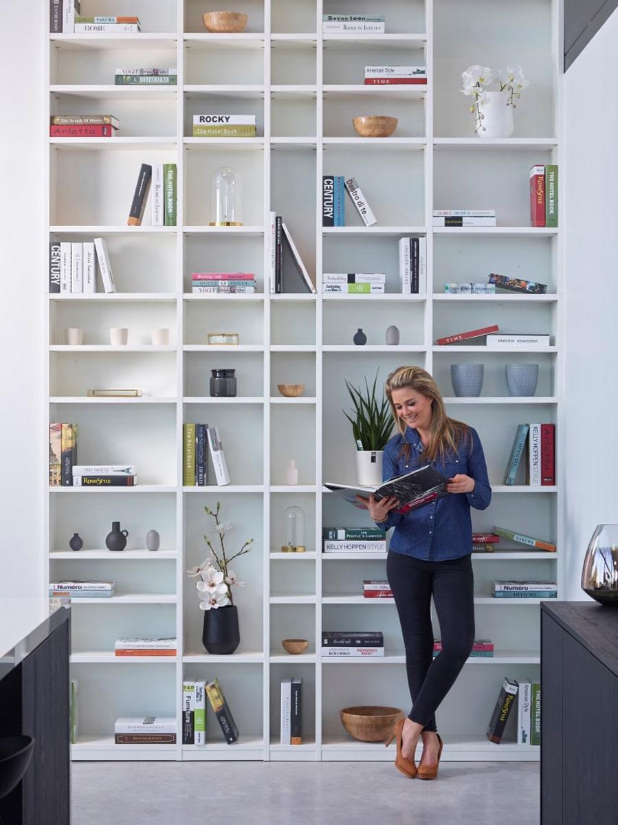 Hoge boekenkast op maat