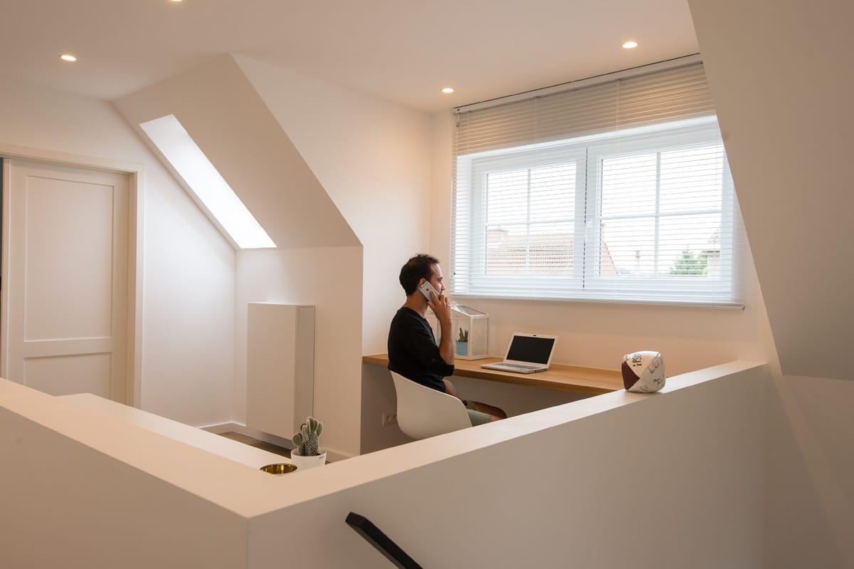 Home office in bureau met witte kasten op maat