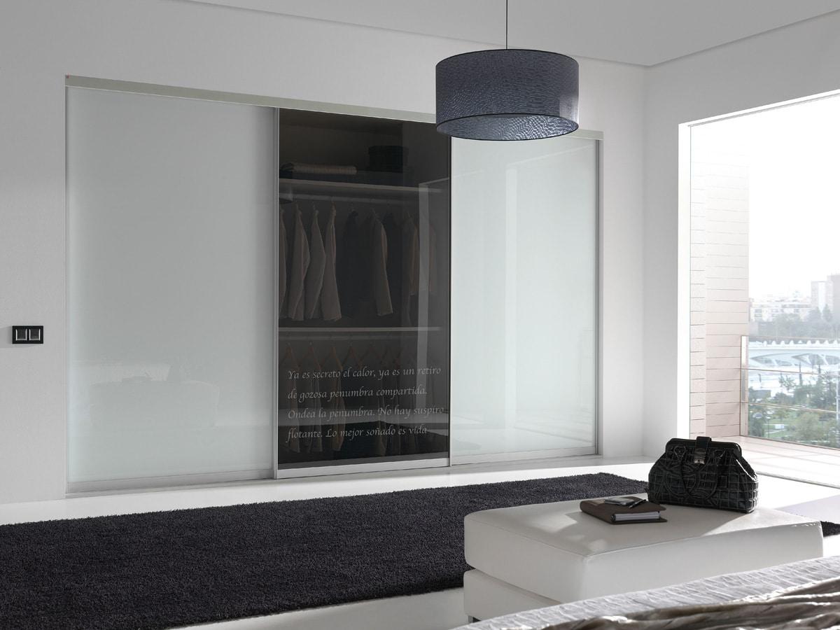Moderne dressing met glazen schuifdeuren