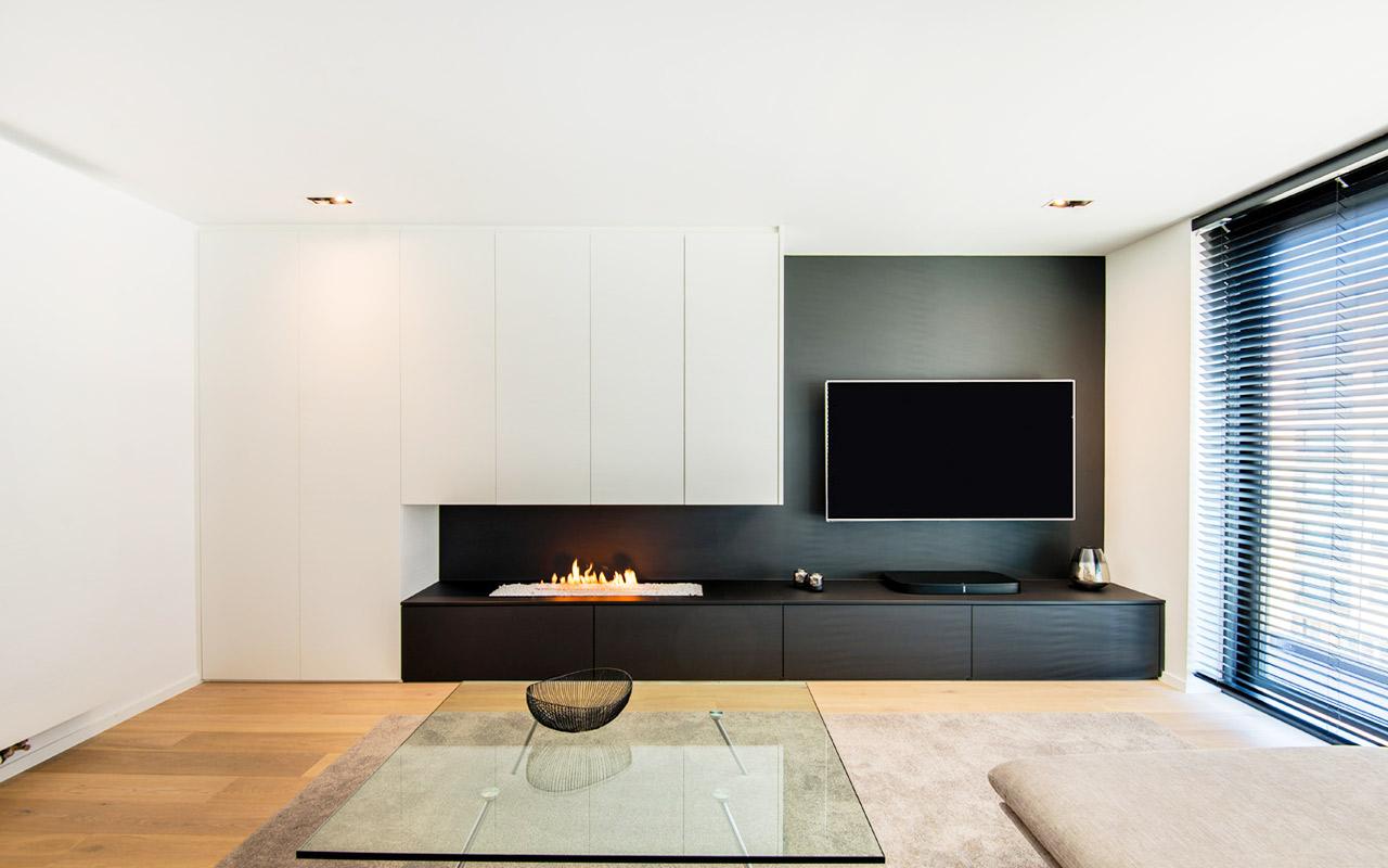 Zwart tv-meubel met ingebouwde gashaard