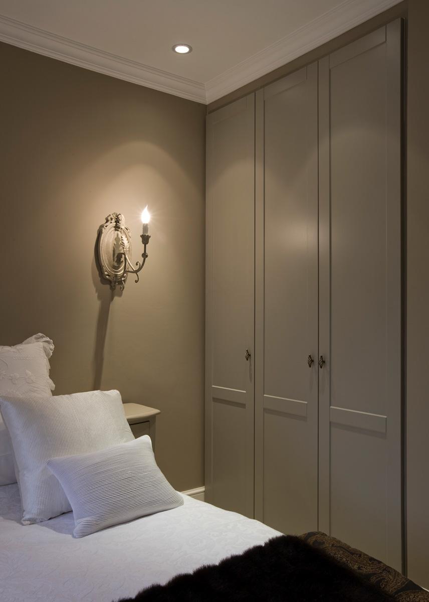 Grijze dressing in slaapkamer in landelijke stijl met gesloten deuren