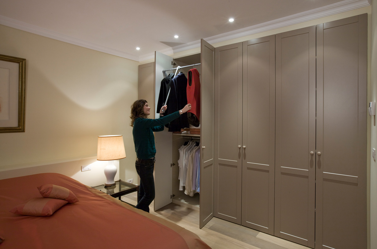 Dressing in slaapkamer in landelijke stijl