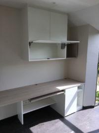 Bureau met combinatie houtstructuur en wit hangkasten