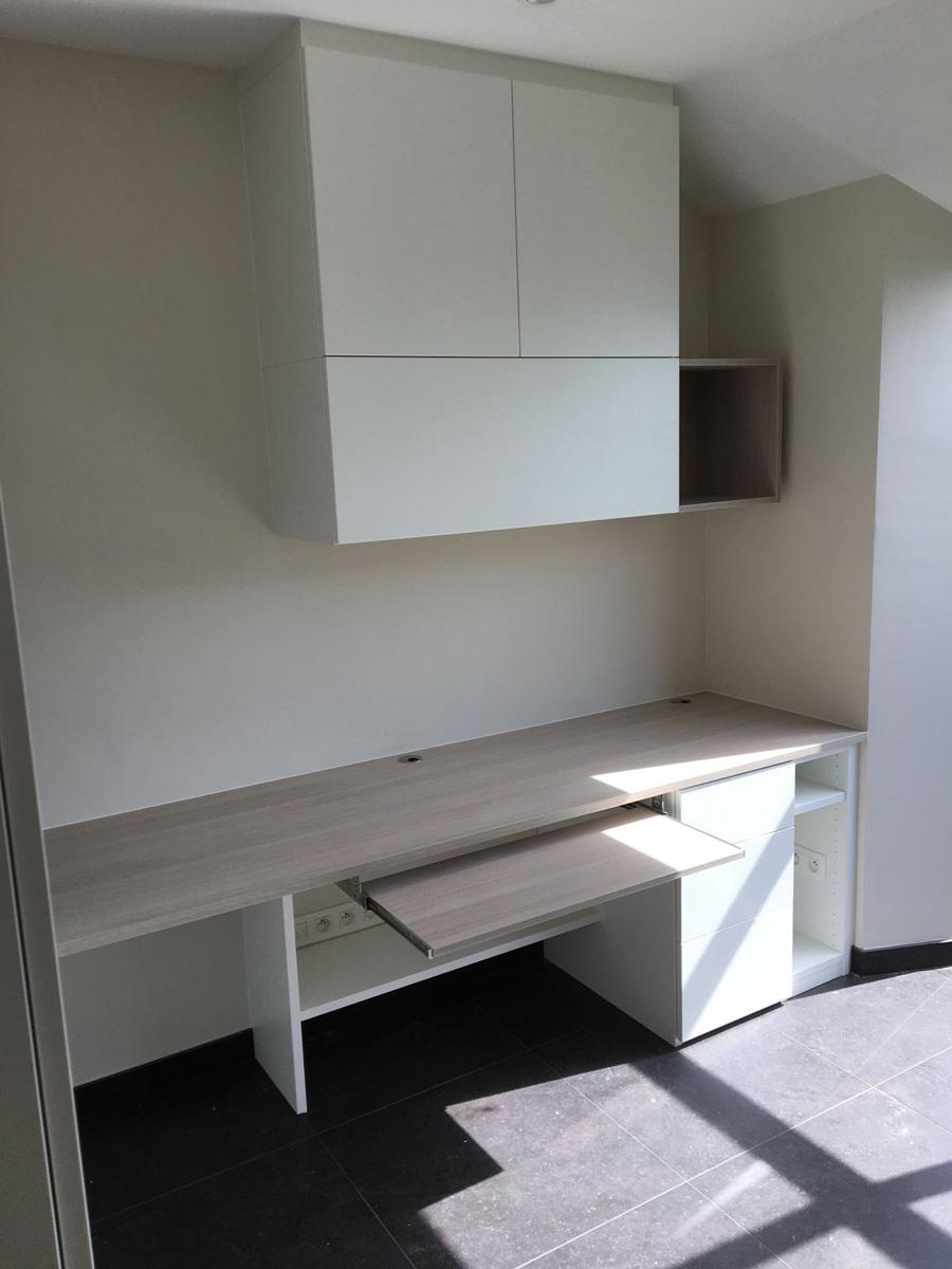 Bureau met combinatie houtstructuur en wit