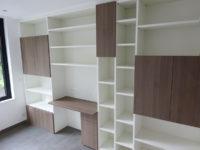 Bureau met combinatie houtstructuur fronten en witte kasten