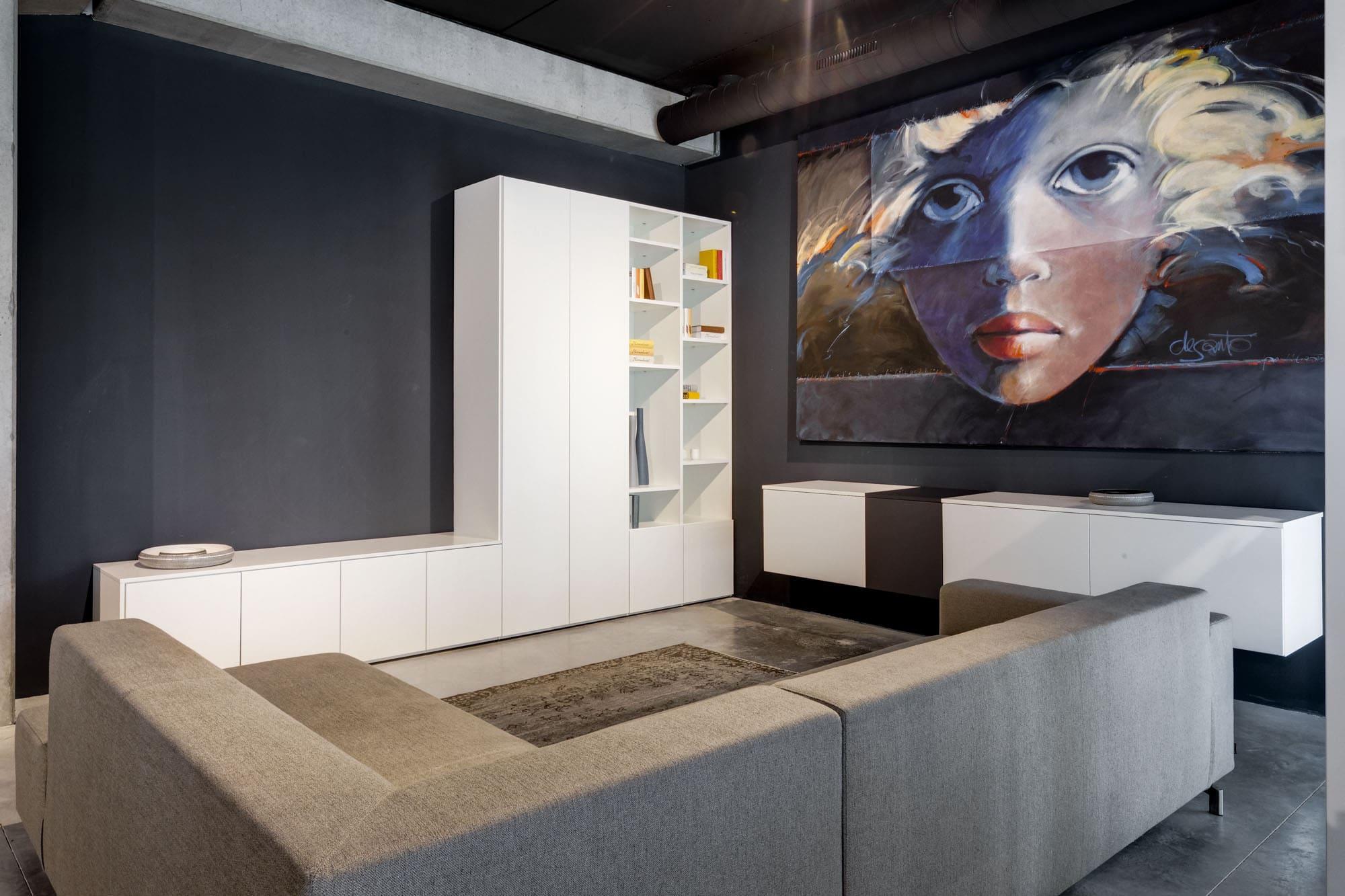 Moderne living met wit tv-meubel met kolomkasten