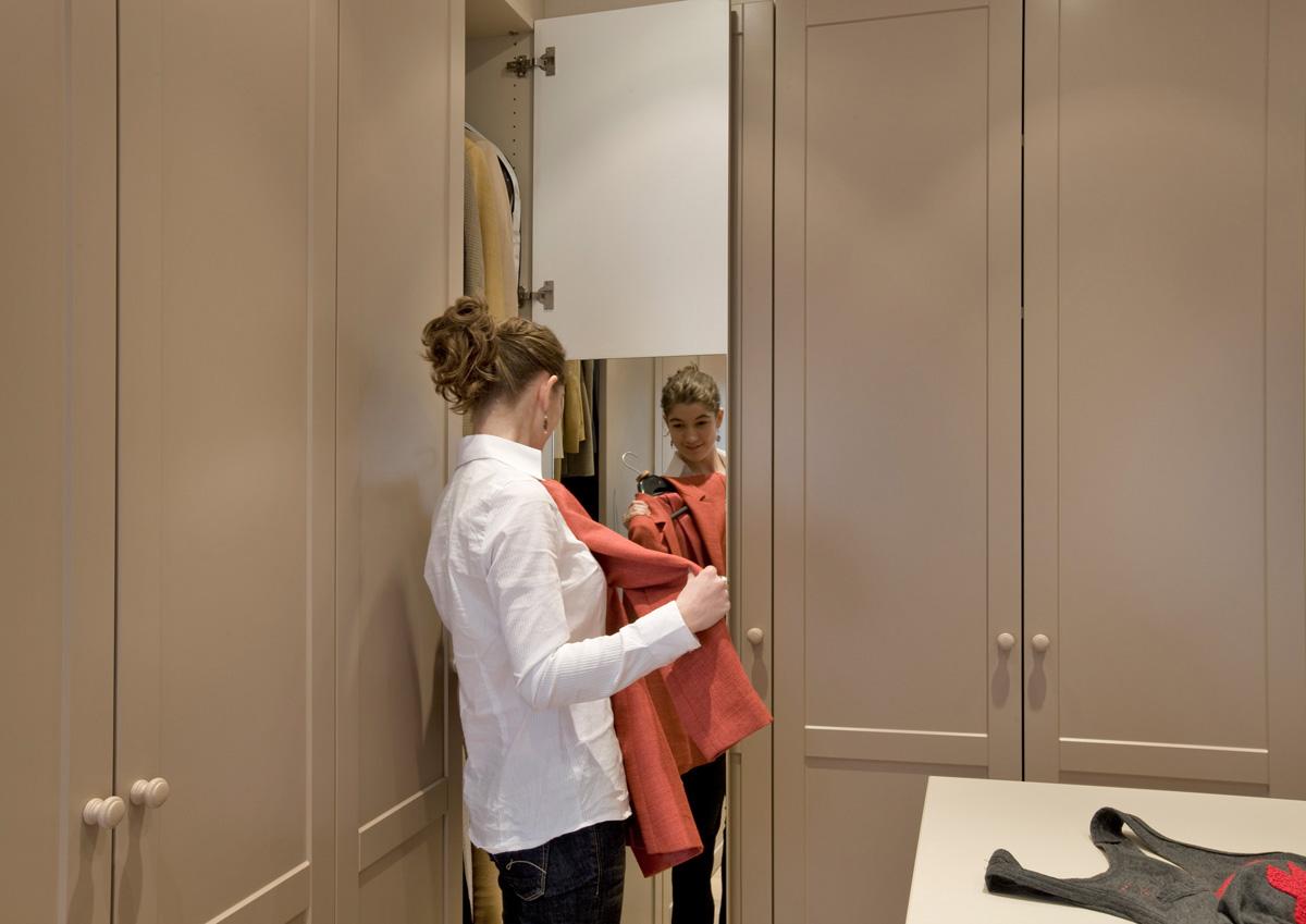 Landelijke dressing met spiegelwand aan binnenzijde van de draaideur