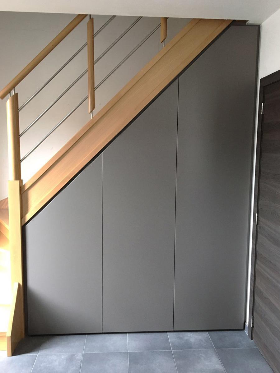Maatkast met draaideuren onder trap