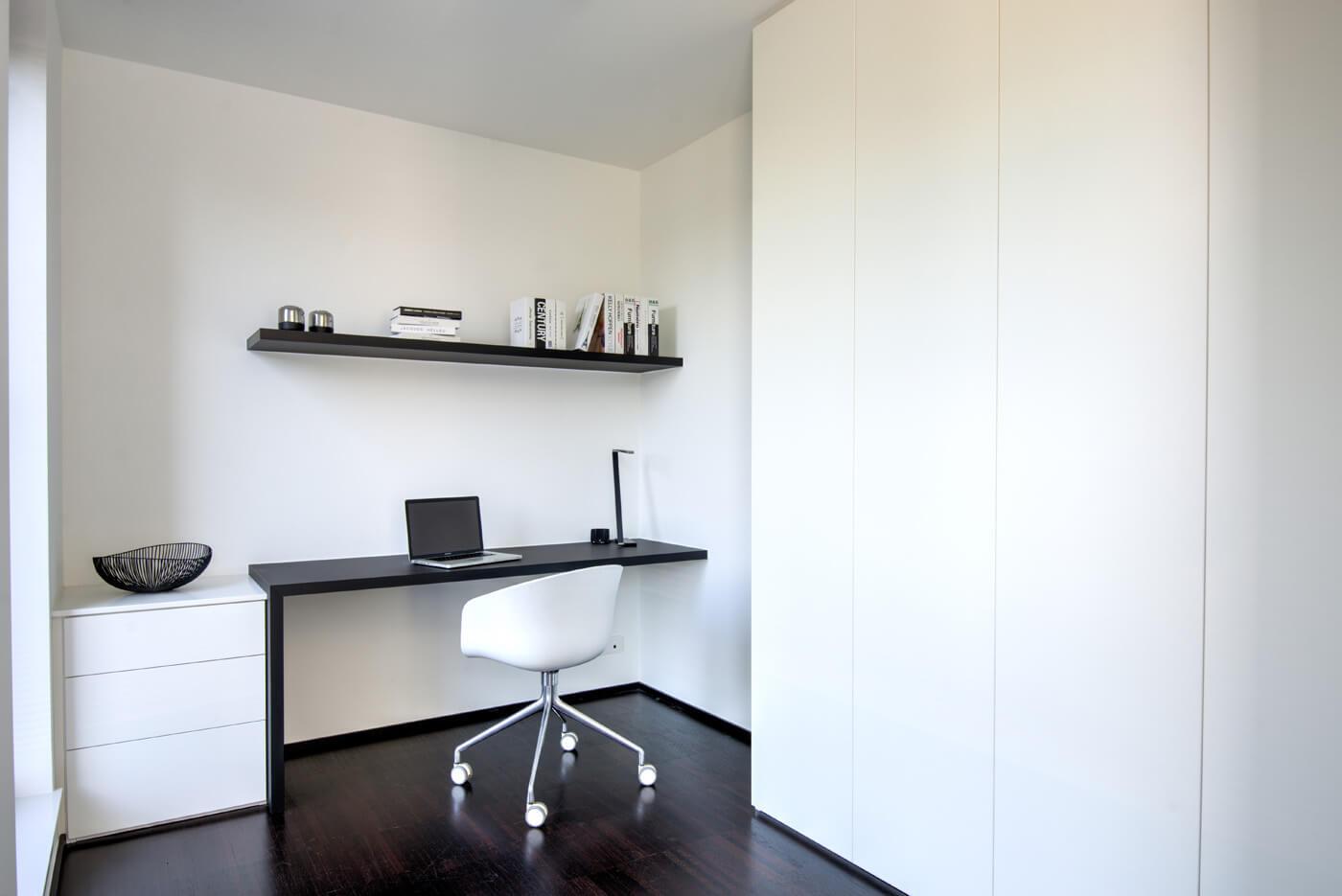 Modern bureau in zwart-wit met strakke maatkasten