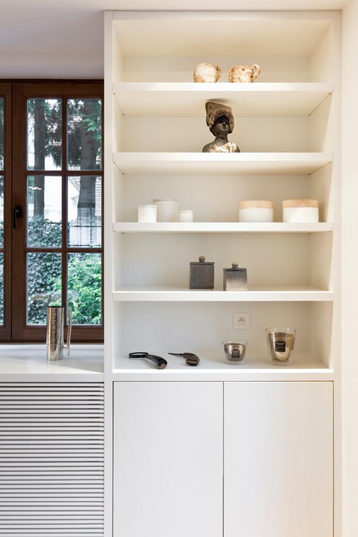 Witte wandkast op maat in de woonkamer