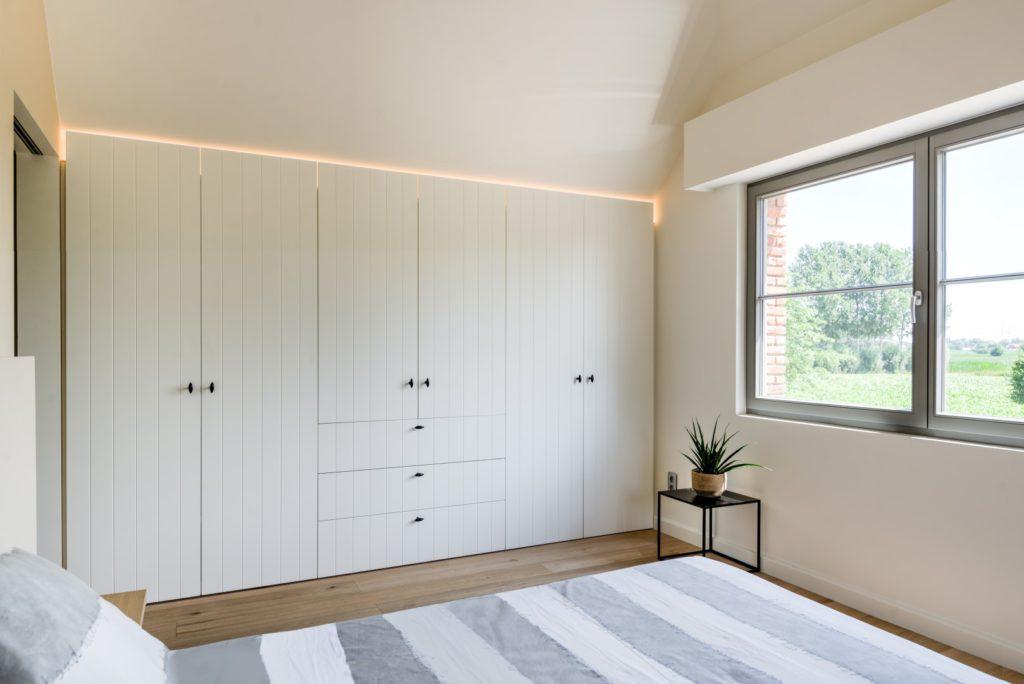 Slaapkamerkast in landelijke stijl met led verlichting