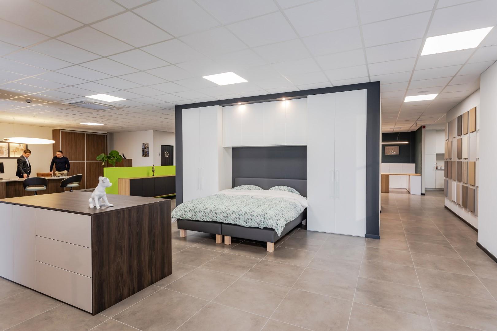 Maatkast rondom het bed gebouwd - showroom Lommel