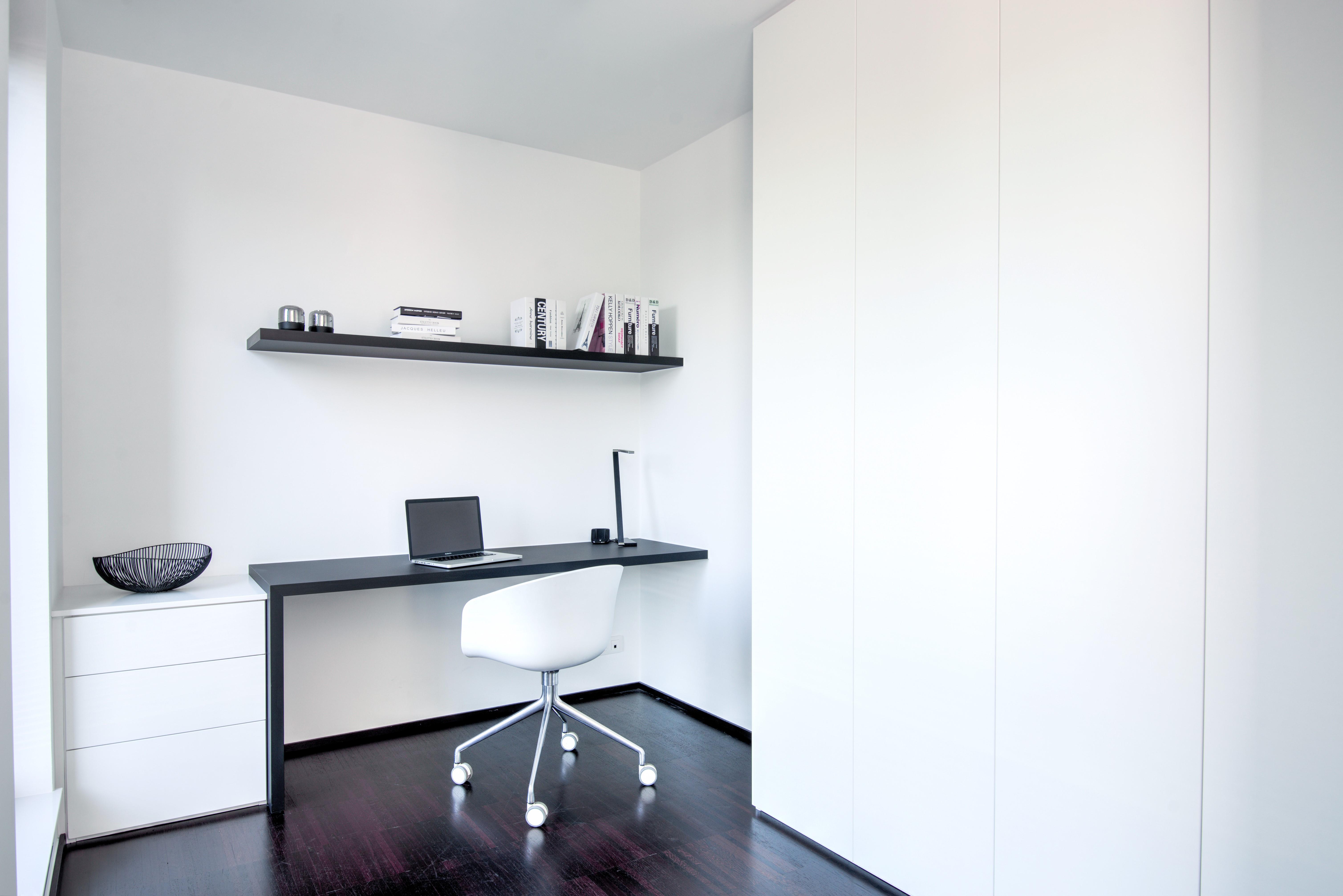 Modern bureau met zwart-wit combinatie