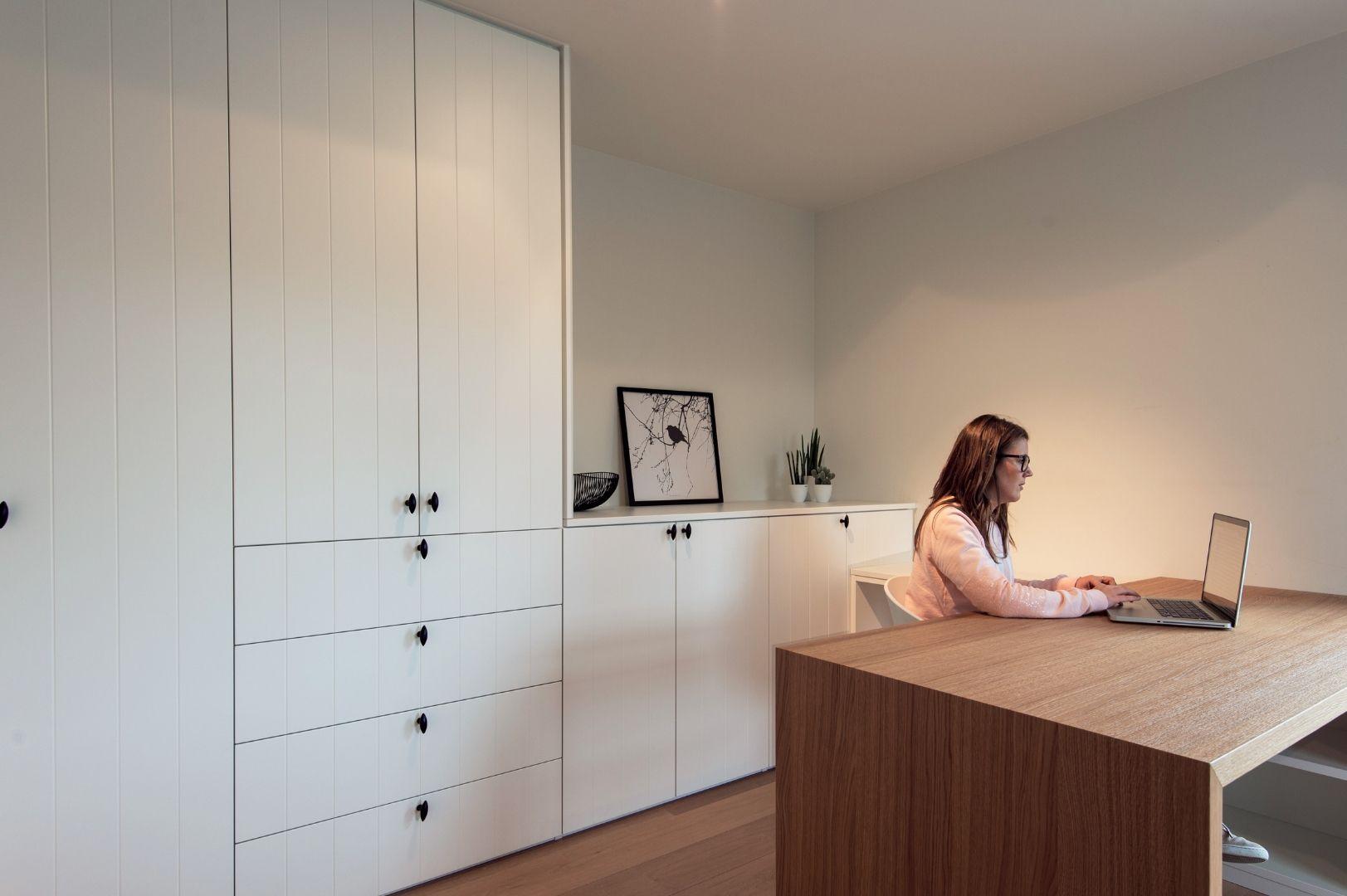 Bureau in slaapkamer met landelijke maatkasten