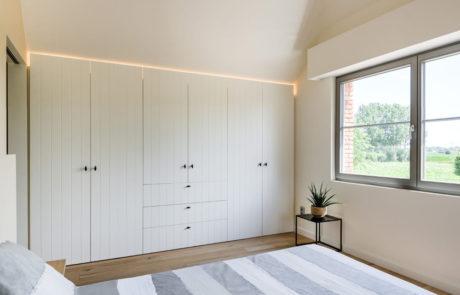 Placard sur mesure au caractère campagnard dans la chambre à coucher avec éclairage LED intégré