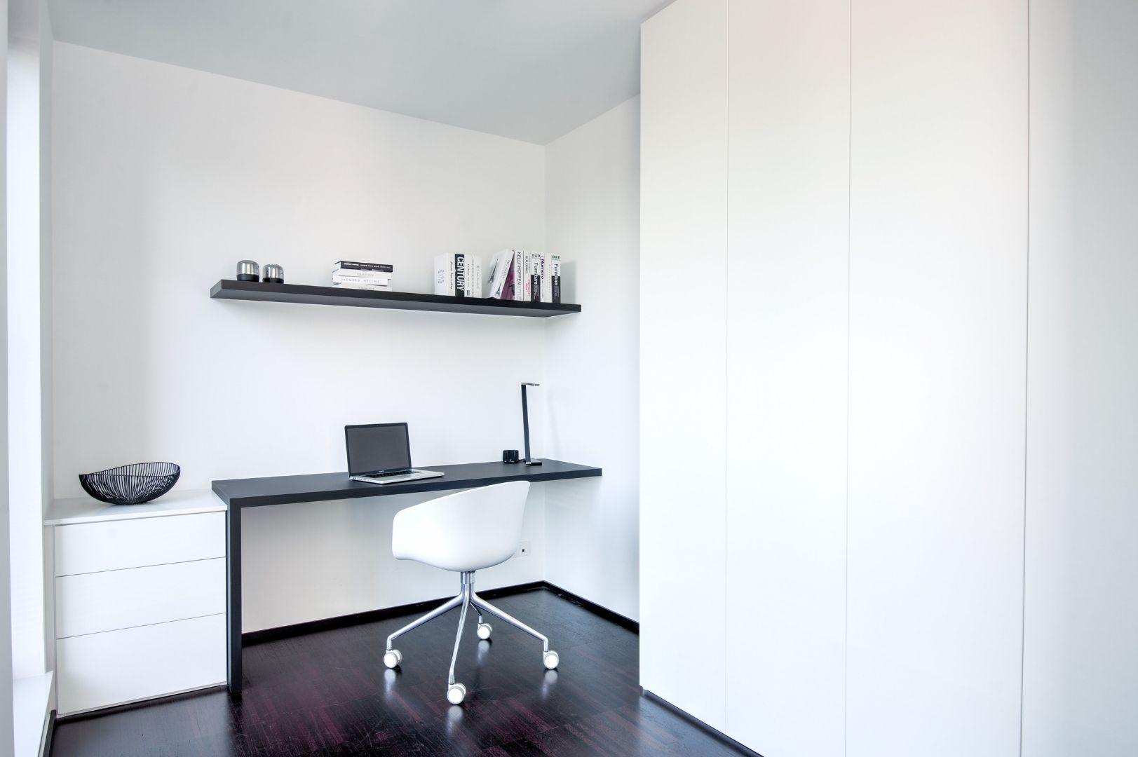 Modern en strak bureau met zwart-wit combinatie