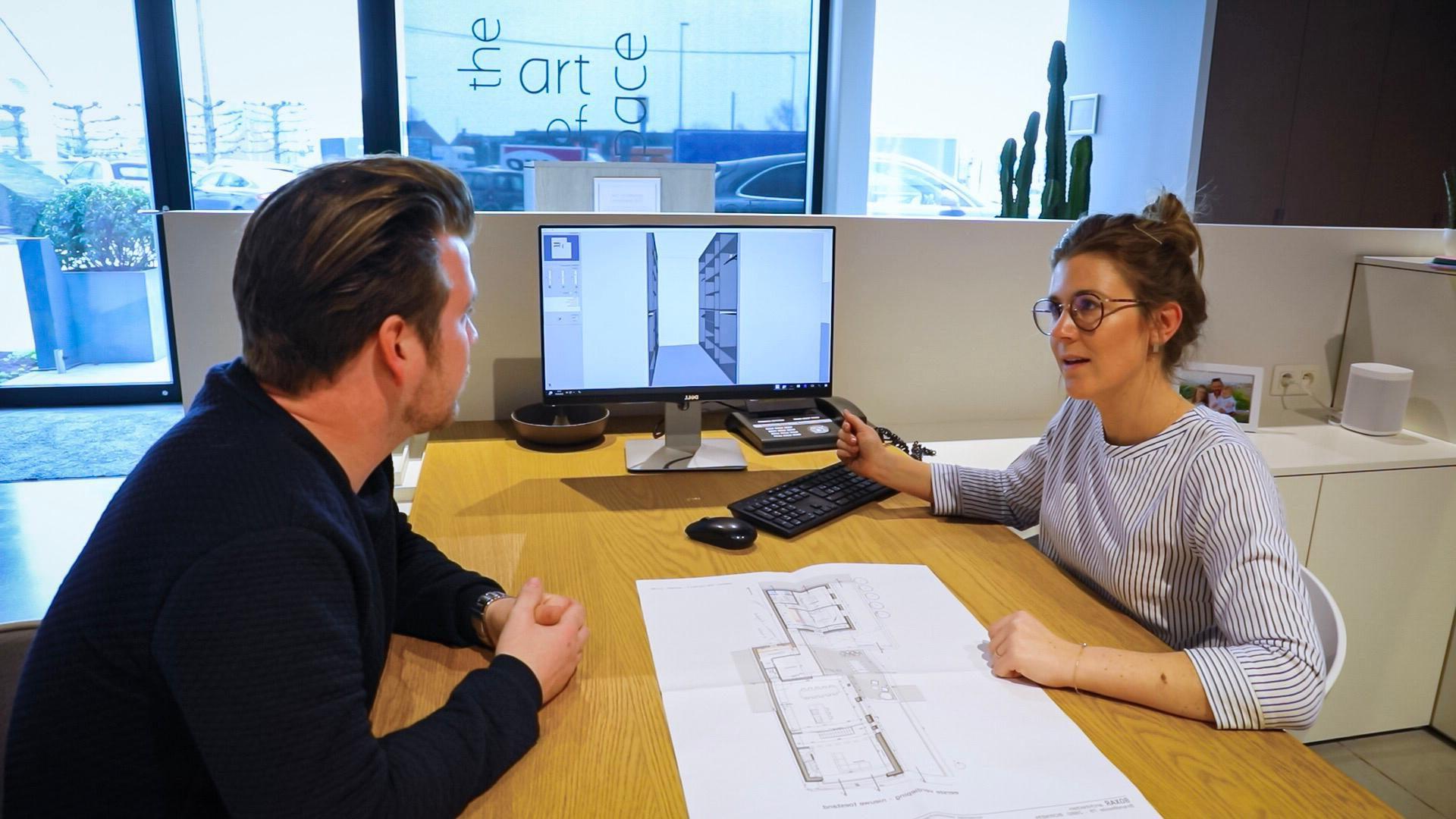 Onze interieuradviseur geeft vrijblijvend advies over maatkasten en brengt deze tot leven met een 3D-ontwerp.