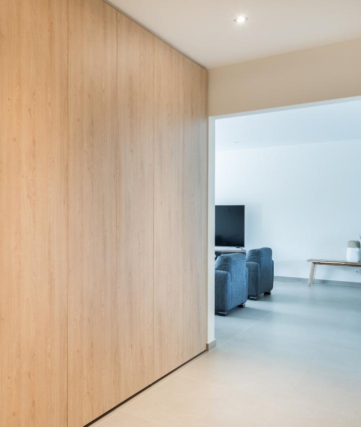 Maatkast met verticale houtnerf als vestiaire in inkomhal