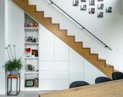 Moderne opbergkast onder de trap