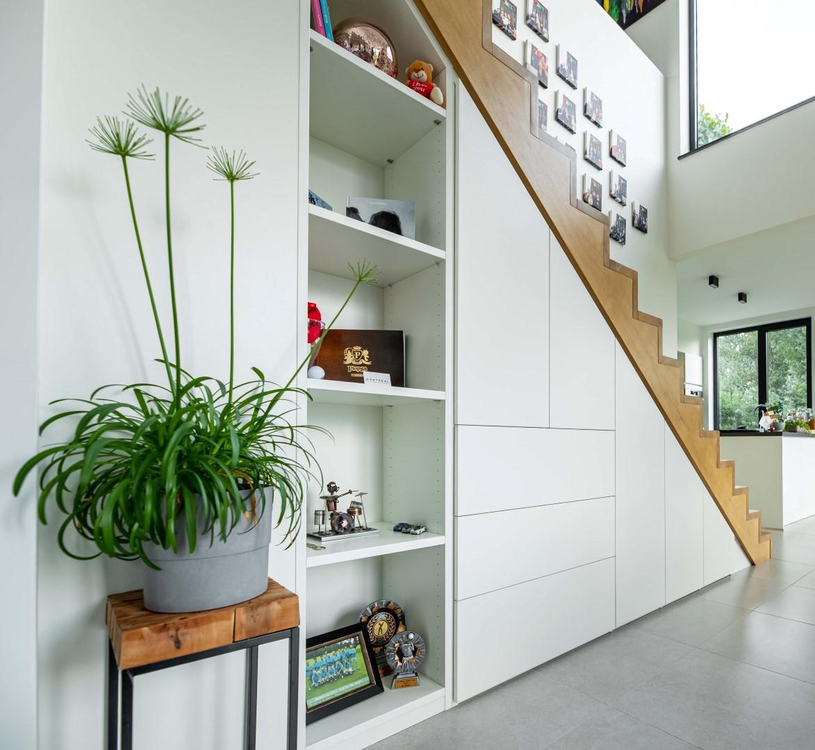 Moderne maatkast onder trap