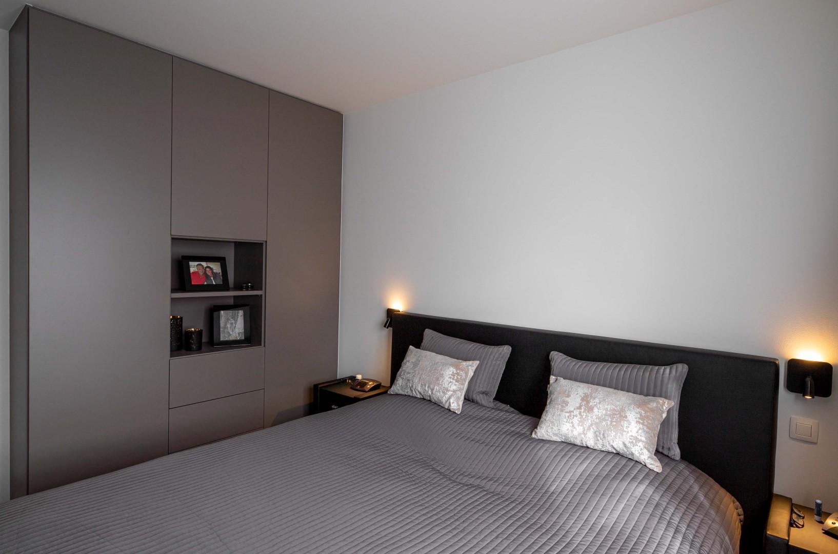 Slaapkamerkast met indeling voor accessoires