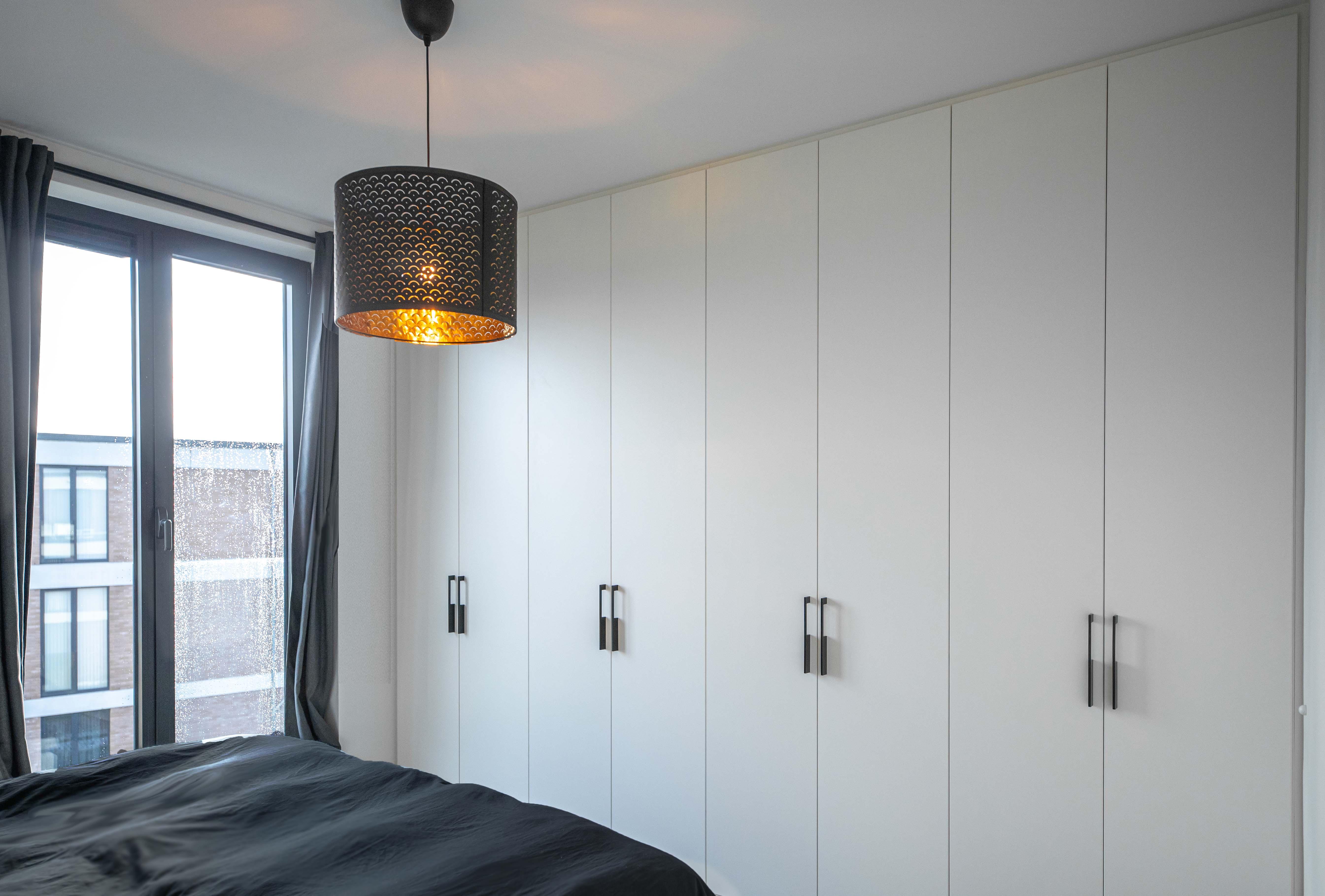 Armoire de chambre à coucher équipée de portes pivotantes modernes