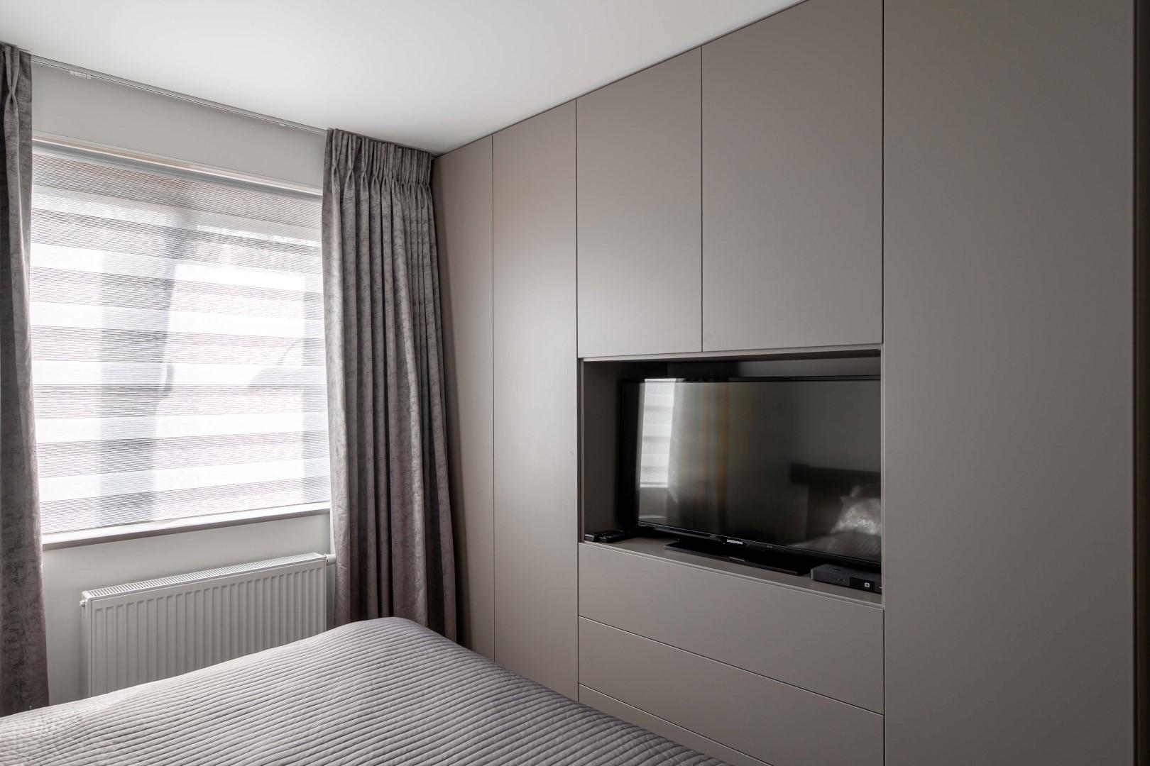 Tijdloze slaapkamerkast met plaats voor tv