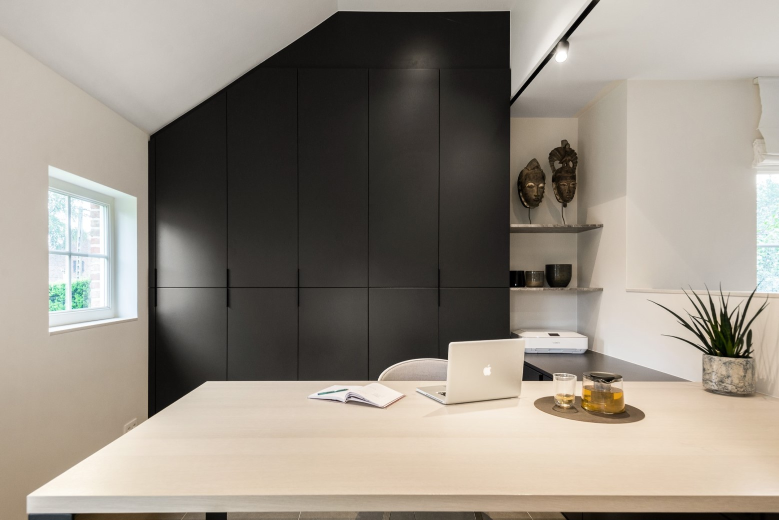 Modern bureau onder schuin dak