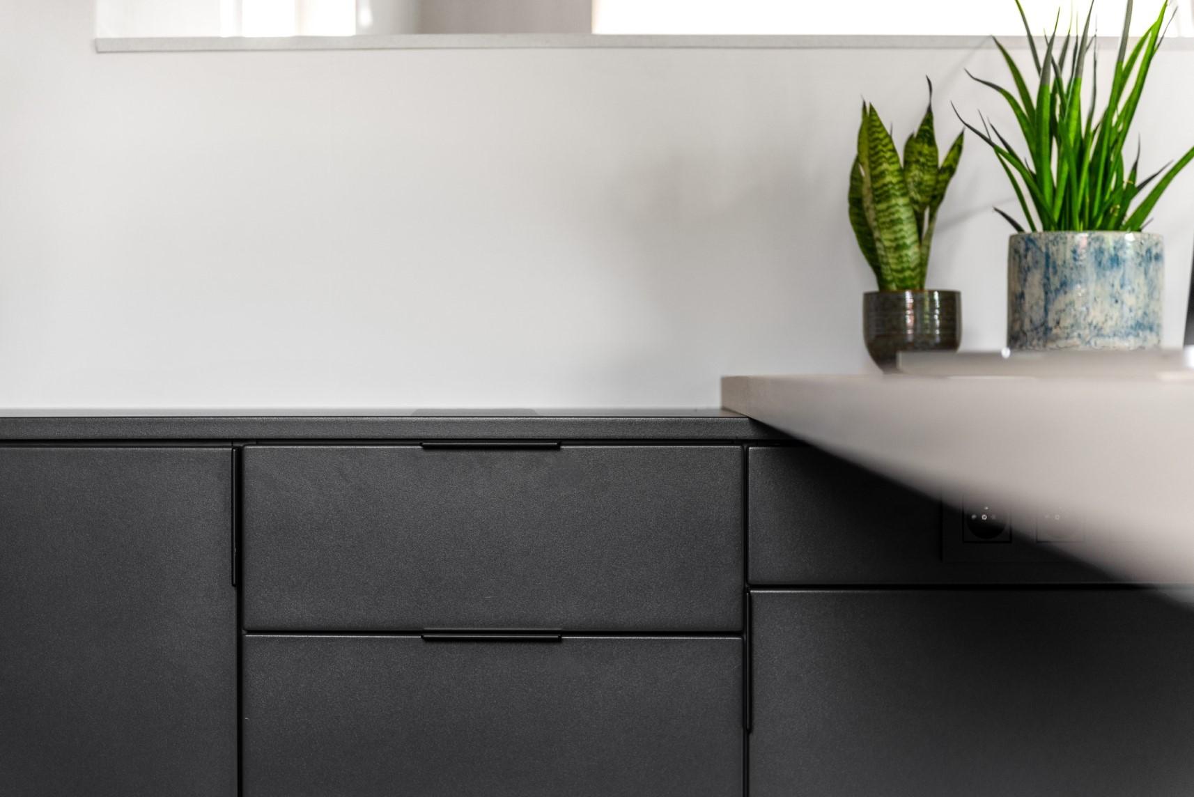Modern bureau onder schuin dak detail lade